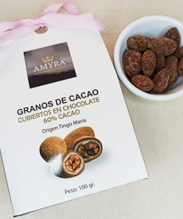 granos de cacao bañado en chocolate